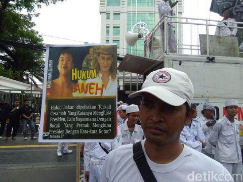 Massa dari FPI demo di Bareskrim Polri terkait pemeriksaan Habib Bahar di kasus ujaran kebencian terhadap Presiden Jokowi