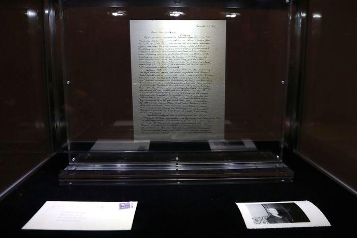 Surat itu berisi keraguan fisikawan populer asal Jerman ini pada keberadaan Tuhan. REUTERS/Shannon Stapleton.