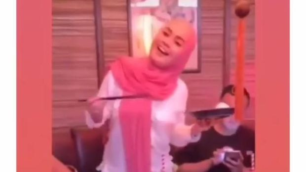 Jennifer Dunn berhijab saat makan bersama Faisal Haris.