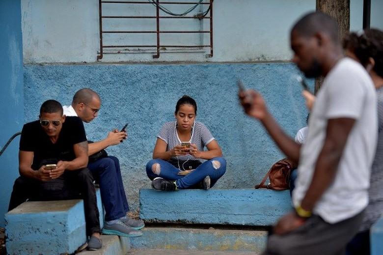 Perusahaan telekomunikasi yang dikelola negara ETECSA menyatakan, mereka bakal meluncurkan layanan 3G mulai Kamis (6/12/2018). Kuba merupakan salah satu negara terakhir di dunia yang masih belum menerapkan internet mobil. Padahal, sekitar setengah dari total penduduk Kuba yang mencapai 11,2 juta jiwa memiliki ponsel. YAMIL LAGE / AFP.