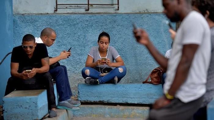 Separuh populasi dunia telah online. Foto: AFP
