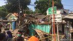 Foto: Crane Roboh di Kemayoran Timpa Rumah, Bikin 3 Orang Luka
