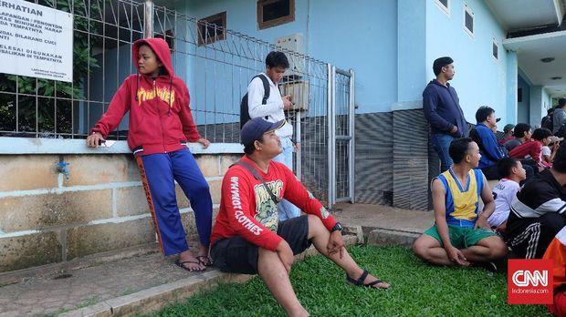 Kusmayana (duduk berbaju merah) menyaksikan latihan Persija.
