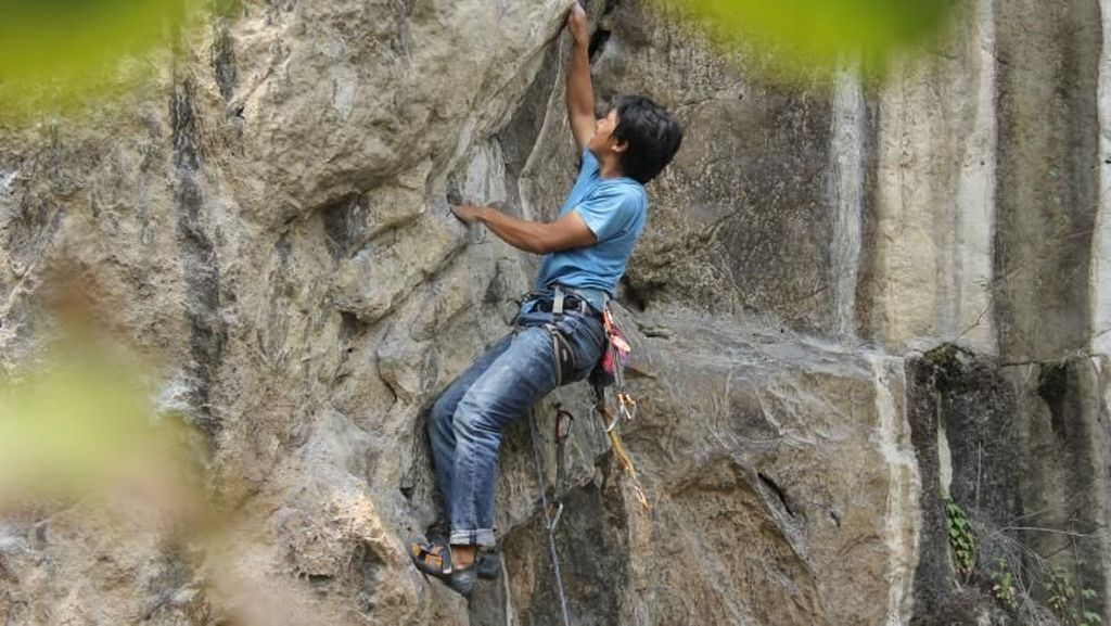 Berdebar! Sensasi Panjat Tebing di Bandung Barat