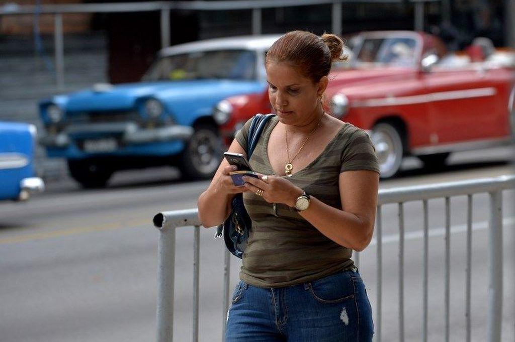 Meski pemerintah sudah mengatakan bakal membuka layanan 3G, harga paket internet yang ditawarkan membuat masyarakat Kuba melontarkan keluhan. Sebabnya, harga yang ditawarkan untuk paket data 600 MB adalah 7 dollar AS, sekitar Rp 100.800, sementara paket 4 GB dibanderol 30 dollar AS, atau Rp 431.900. YAMIL LAGE /AFP.