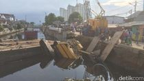 Petugas Evakuasi Crane Roboh yang Lukai 3 Orang di Kemayoran