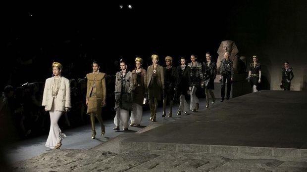 Peragaan busana Chanel sebagai salah satu merek mode yang mendukung industri fesyen berkelanjutan.