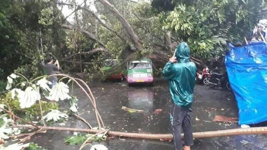 900 Rumah di Bogor Rusak Usai Diterjang Puting Beliung