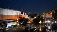 Angin puting beliung yang melanda Kota Bogor juga berdampak ke Stasiun Batutulis. Atap stasiun rusak tersapu angin.