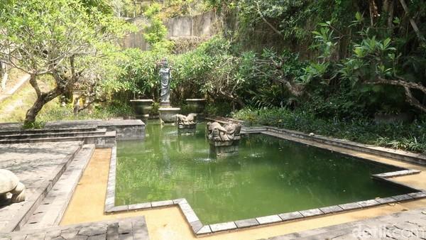 Setelah itu, kamu akan disambut dengan kawasan taman air yang cantik dan teduh. Kamu bisa bebas foto-foto. (Bonauli/detikTravel)