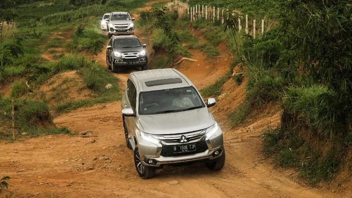Adu 4 SUV, Mana yang Paling Stabil Bawa Segelas Air di Kap Mesin?