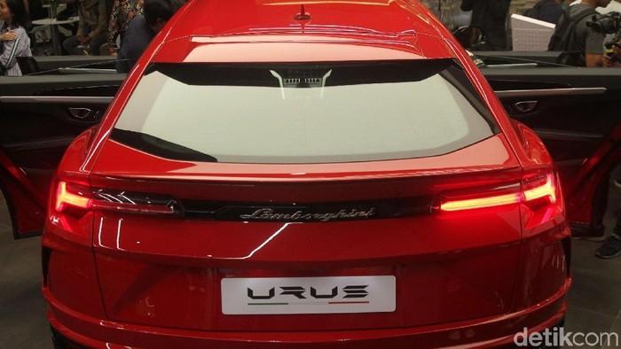Penantian mobil Sport Utility Vehicle (SUV) Lamborghini Urus hadir di Indonesia terbayar tuntas. SUV banteng Italia ini resmi mendarat di markas baru, Pacific Place, Jakarta.