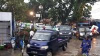 Hingga pukul 17.10 WIB, petugas gabungan masih berupaya melakukan penanganan pohon tumbang ini. Arus lalin dari Jalan Siliwangi satu arah menuju Sukasari macet parah.