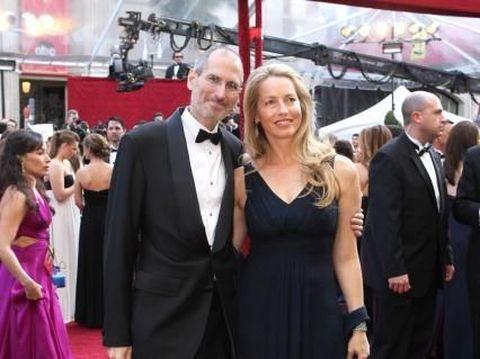 Mendiang Steve Jobs bersama sang Istri Laurene Powell Jobs di sebuah acara.