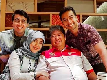 Vidi Aldiano bersama orang tua dan saudara laki-lakinya. Kompak abis ya.