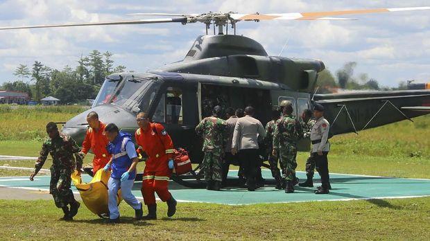 Petugas membawa kantong jenazah korban penembakan KKB, di Bandara Mozes Kilangin Timika, Mimika, Papua, Kamis (6/12).