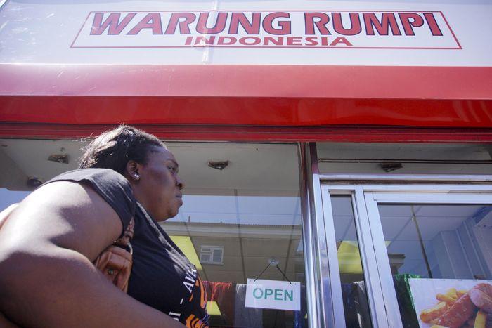Rumpi merupakan singkatan dari rumah makan perantauan Indonesia milik pasangan Warga Negara Indonesia (WNI) Wijaya dan Yudawati. Nova Wahyudi/Antara Foto.