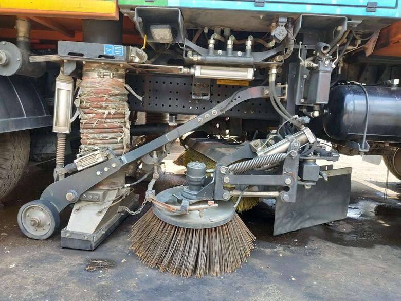 Alat pembersih road sweeper. Foto: Ridwan Arifin