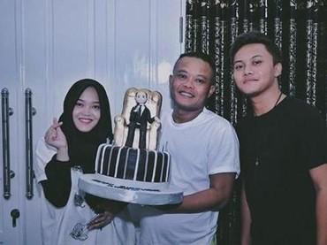 Rizky Febianmerayakan ulang tahun ke-42 ayahnya, Sule bersama sang adik, Putri Delina.(Foto: Instagram @rizkyfbian)