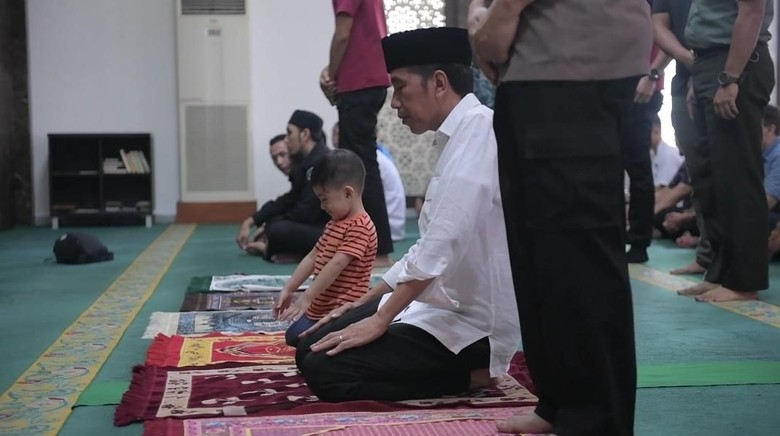 Momen Jokowi Ajak Jan Ethes Salat Jumat di Istana Bogor