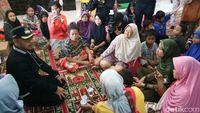 Wali Kota Bogor Bima Arya meninjau dampak puting beliung