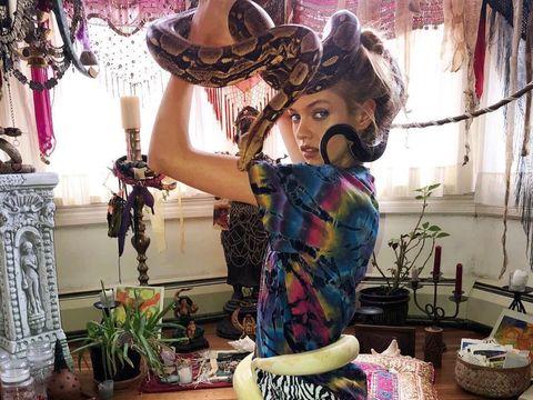 Ngeri! Model Victoria's Secret Dipijat dengan Ular Piton