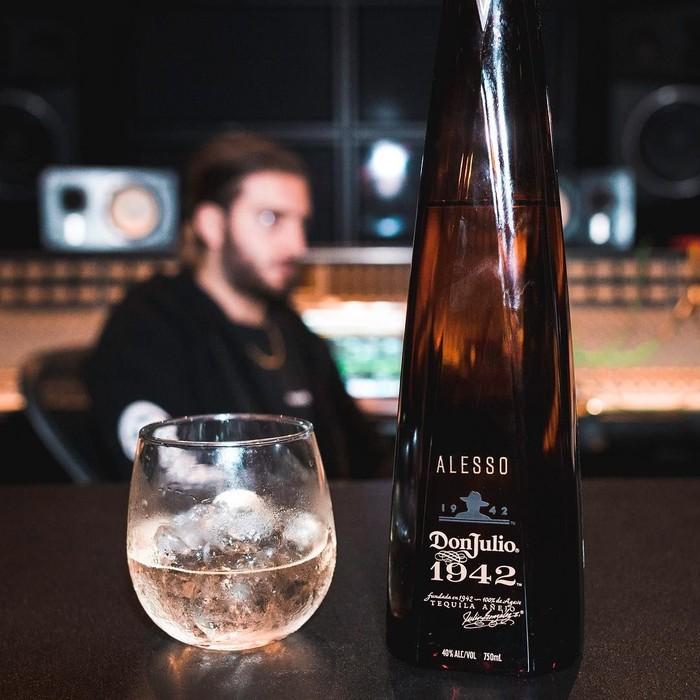 Nah, ini brand minuman yang berkolaborasi dengan Alesso. Tampilannya elegan lengkap dengan figur Alesso di belakangnya. Foto: Instagram @alesso