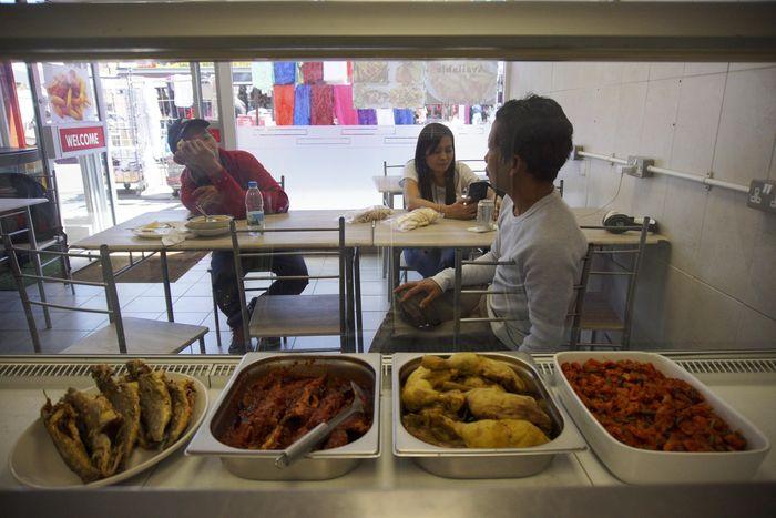 Warung Rumpi..!! Mendengar namanya orang beranggapan warung itu merupakan tempat ngerumpi (bergosip). Namun warung yang berada di 83 East Street, London, Inggris itu sesungguhnya merupakan rumah makan yang menyajikan masakan-masakan Indonesia. Nova Wahyudi/Antara Foto.