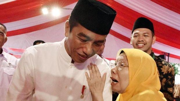 Jokowi bersama mantan Ketua PP Aisiyah, Elyda Djazman.
