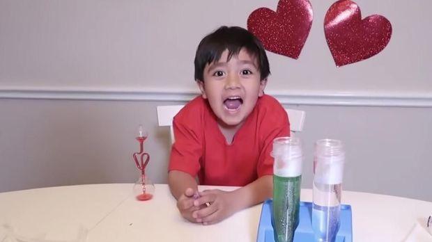 Cuma Review Mainan, Bocah 8 Tahun Raup Rp 308 M dari Youtube