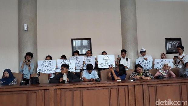 Beberapa mahasisa UGM datang memberi dukungan moril terhadap kasus