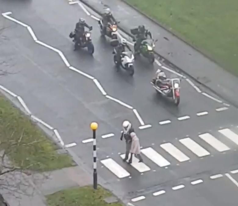 Saat bikers menyebrangkan seorang nenek. Foto: Visor Down