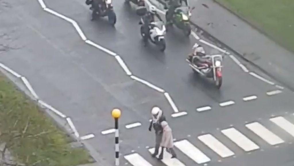 Saat Bikers Membantu Seorang Nenek Nyebrang Jalan