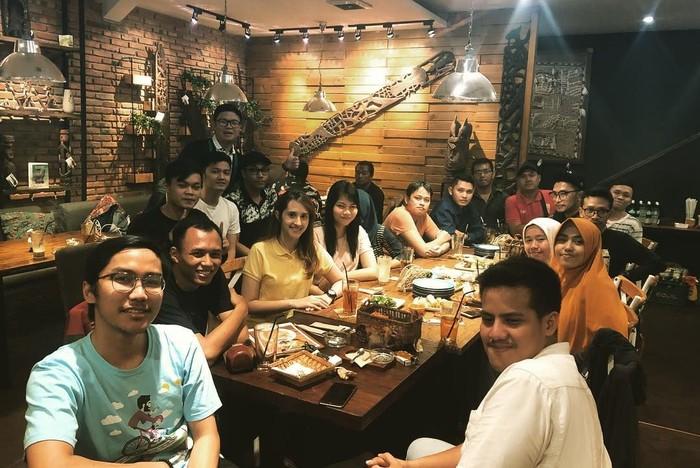 Pemilik nama lengkap Tsamara Amany Alatas ini boleh terbilang muda soal usia tapi ia sudah didapuk sebagai ketua DPP Partai Solidaritas Indonesia (PSI). Sebagai anak muda, Tsamara juga senang kumpul sambil makan. Foto: Instagram @tsamaradki