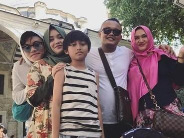 Foto ini diambil setahun lalu, saat mereka merayakan Hari Ibu nih. Sekaligus sebagai ungkapan rasa sayang Iki untuk ibunda tercinta, Lina.(Foto: Instagram @rizkyfbian)