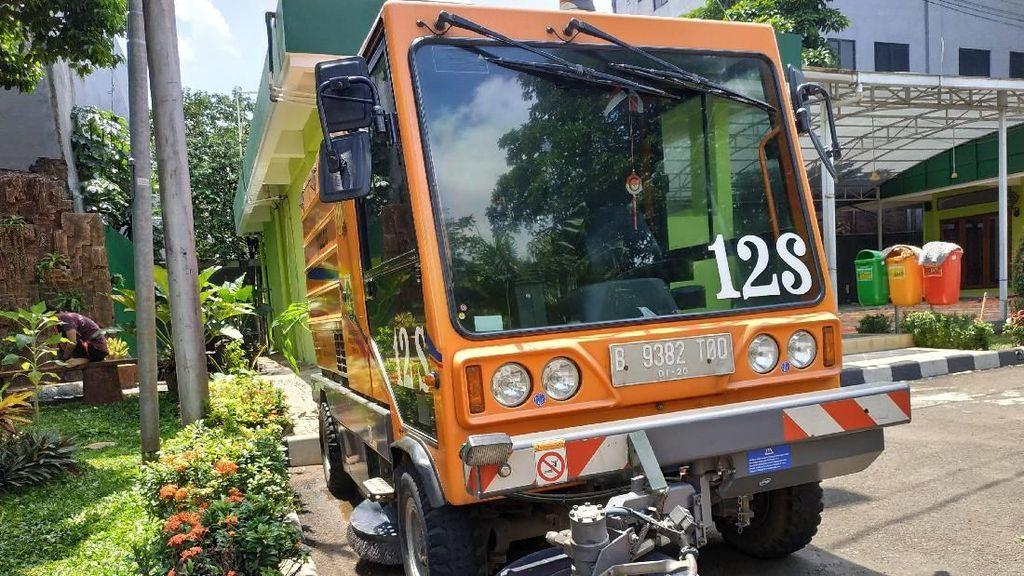 Intip Ketangguhan Dul dan Hino, Si Tukang Bersih-bersih Jalan