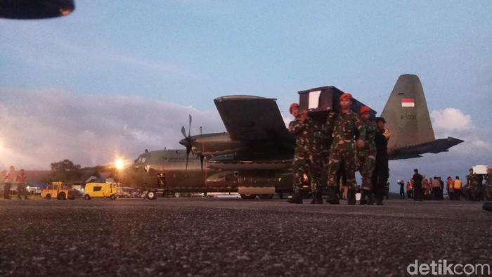 Sebanyak 16 jenazah korban KKB tiba di Lanud Hasanuddin, Maros, Sulsel, Jumat (7/12) sore. (M Bakrie/detikcom)