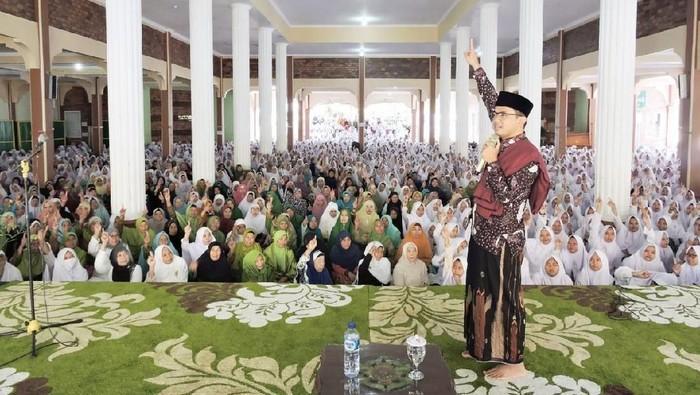 Foto: Maman Imanulhaq di hadapan santri, alumni dan keluarga besar Ponpes Al-Hikamussalfiah Cipulus Wanayasa, Purwakarta (dok. Istimewa).