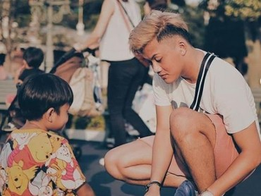 Di tengah kesibukan menyanyi, Iki nampak menyempatkan diri momong adik bungsunya nih, Bun. So Sweet banget ya, sampai diikatkan tali sepatunya Ferdi. (Foto: Instagram @rizkyfbian)