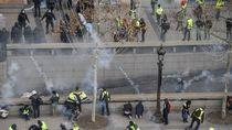 Polisi Semprot Gas Air Mata ke Demonstran di Paris
