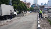 Bus Biru yang Tabrak Separator Busway di Gatot Subroto Dievakuasi