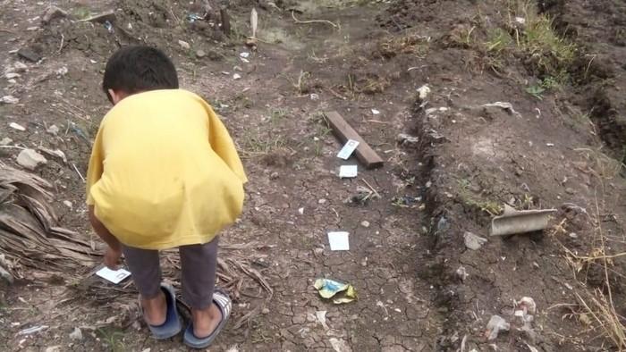 Warga menemukan e-KTP yang terbuang di daerah Pondok Kopi, Duren Sawit. (Foto: dok. Ketua RW 11 Pondok Kopi)