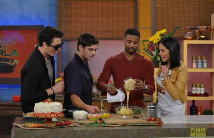 Sukses bermain dalam film 'Creed', Michael juga jago buat kue. Dalam salah satu acara talk show, Michael menunjukkan keahliannya membuat kue bersama rekan aktor lainnya. Foto: Istimewa