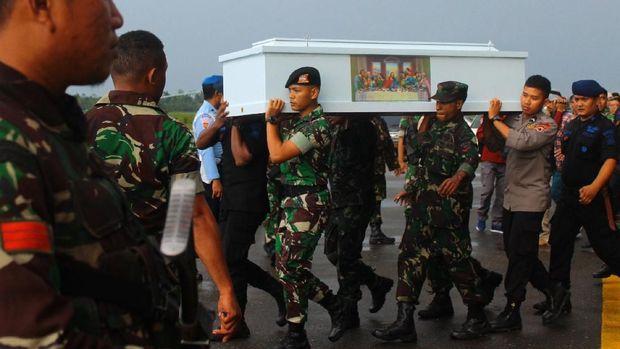Prajurit TNI dan Polri mengusung peti jenazah korban KKB di Bandara Moses Kilangin Timika, Mimika, Papua, Jumat (7/12).