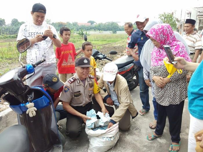 Foto: Warga menemukan e-KTP yang terbuang di daerah Pondok Kopi, Duren Sawit. Polisi datang untuk mengecek lokasi penemuan e-KTP (Dok. Ketua RW 11 Pondok Kopi)
