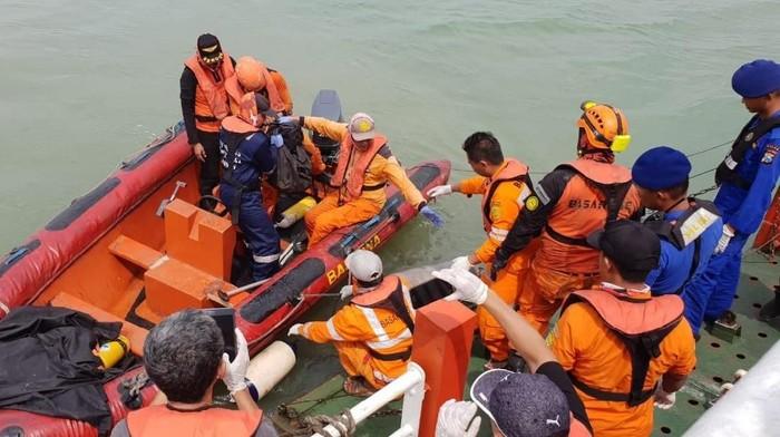 Proses evakuasi korban hilang KM Gerbang Samudra I (Foto: dok Istimewa)