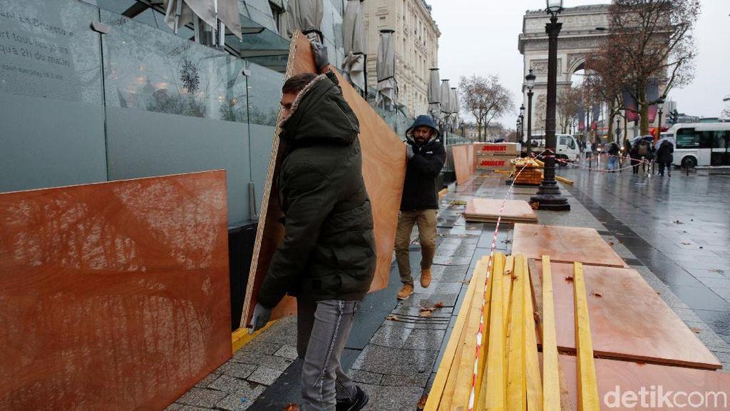 Takut Demo Rusuh, Toko-toko di Paris Tertutup Panel Kayu