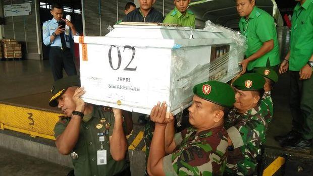 Penyerangan oleh kelompok separatis juga sebelumnya dialami oleh prajurit TNI, di Nduga, Papua.