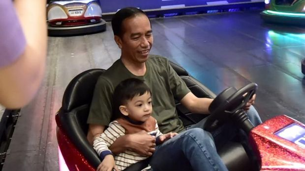 Jokowi mengajak Ethes main bom-bom car.