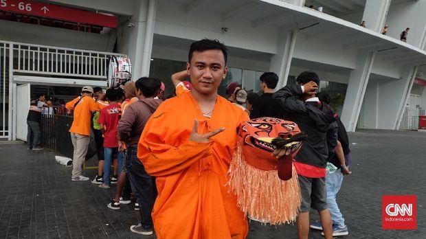 Saiful mengenakan kostum macan untuk mendukung Persija Jakarta di laga terakhir Liga 1 2018.